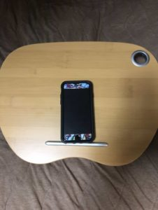 膝上テーブルとiPhone
